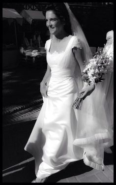 Lorena Palacios dio el sí quiero con un diseño elegante y atemporal. Sencillo, pero con detalles chic./ Lorena Palacios said yes I want an elegant and amazing design. Simple, but with chic details. #wedding #fashion #bride #dress #montescoaltacostura
