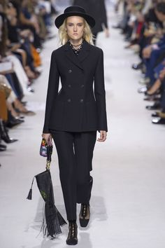 The complete Christian Dior Spring 2018 Ready-to-Wear fashion show now on Vogue Runway. Dior Fashion, Fashion 2018, Fashion Week, Runway Fashion, Fashion Outfits, Womens Fashion, Fashion Trends, Paris Fashion, Christian Dior