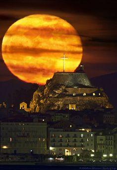 Full Moon, Corfu Old Fortress Old Town. Corfu is a Greek island in the Ionian Sea. Beautiful Moon, Beautiful World, Beautiful Places, Beautiful Pictures, Corfu Grecia, Stars Night, Moon Stars, Skier, Corfu Island