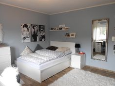 Inspiration für die WG-Zimmer-Einrichtung: rauchblaue Wände, weißes Bett, flauschiger Teppich. #Idee #WGZimmer