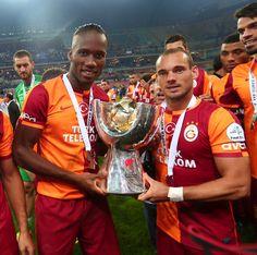 Galatasaray'ın Fenerbahçe'yi uzatmalarda 1-0 yenerek kazandığı Süper Kupa Didier Drogba ve Wesley Sneijder'in ellerinde