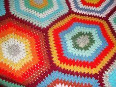 Colcha de crochê multicolorida