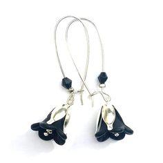 """Longues boucles d'oreille """"Black Bells"""" modèle silver : coupelles argentées ciselées, clochettes de fleurs et perles noires. Copyright Sergent Mémère Créations (c), reproduction interdite, même partielle, merci!  #sergentmemere #sergentmemerecréations #bijoufaitmain #homemadejewelry #handmadejewelry #madeinfrance #pieceunique #fetedesmeres #maman #cadeau #mothersday #campanule #fleur #vintage"""