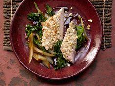 Hähnchenbrust mit Cashewkruste auf pikantem Mangoldgemüse - smarter - Kalorien: 390 Kcal - Zeit: 45 Min. | eatsmarter.de