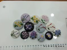꽃샘 추위도 지나가고 이제 따뜻한 봄날만 있기를 바라며.... 이뿐 야생화들 수놓아 브로치 만들었어요. 자... Japanese Embroidery, Floral Embroidery, Embroidery Stitches, Hello December, Textiles, Jewelry Boards, Textile Jewelry, Patch, 9 And 10