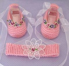 Sapatinho tiara                                                                                                                                                                                 Mais Crochet Baby Boots, Knitted Booties, Baby Girl Crochet, Crochet Baby Clothes, Crochet Shoes, Baby Booties, Knit Crochet, Crochet Crafts, Crochet Projects