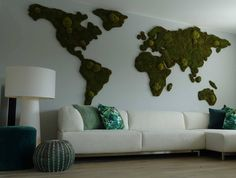 Wereldkaart van mos op de muur! #moswens #wereldkaart #woonideeen Wall Tapestries, Tapestry, Moss Terrarium, Mo S, Pantone, Planter Pots, Decorating, Living Room, Projects
