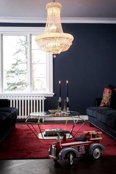 røde detaljer i blå stue