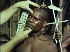 Met een ogenkleurkaart wordt de oogkleur van een Papoea vastgesteld. DOCU Over de expeditie