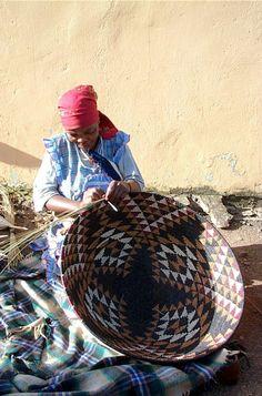 Africa | Espa Mlotshwa weaving bowl. South Africa | Image © ZanzibarTrading