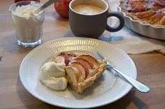 Den bedste æbletærte med marcipan ➙ Opskrift fra Valdemarsro.dk (Recipe in Danish)