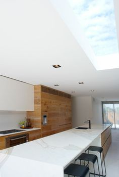This beautiful wooden kitchen by interior designers and architects Robson Rak is a perfect example of the modern rustic trend that I so love. Wooden Kitchen, New Kitchen, Long Kitchen, Kitchen Black, Kitchen Benches, Kitchen Island, Cuisines Design, Küchen Design, Modern Kitchen Design