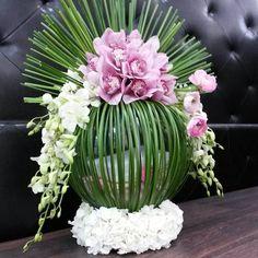 Altar Flowers, Church Flower Arrangements, Church Flowers, Table Flowers, Floral Arrangements, Balloon Decorations Party, Flower Decorations, Contemporary Flower Arrangements, Ikebana Flower Arrangement