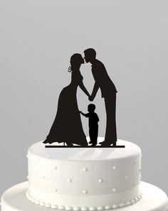Dieses moderne Braut & Bräutigam mit eine kleine Junge Hochzeitstorte Topper bietet eine einzigartige Weise des Teilens Ihre Liebe zu Ihrem schönen Tag. Dieser Topper ist Laser von 1/8 Dicke Lebensmittel sicher Acryl schneiden und Größe perfekt angepasst einen 6 Top-Tier-Kuchen. Die Höhe beträgt 5,5 hoch und die Breite beträgt 4,25 breit.  ~ ~ BESTELLUNG ~ ~ 1) Bitte wählen Sie eine Farbe aus dem Drop-down-Box, 2) in den Verkäufer-Feld bitte beachten Sie Datum benötigt.  * Bearbeitungszeit…
