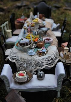 Christel Jensen: Miniature Alice-inspired tea party. Holy Moses, I'm definitely going to make this!
