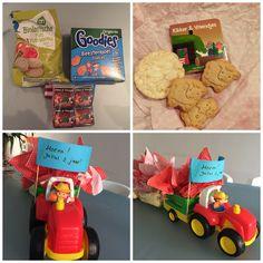 Gezonde traktatie jongen 2 jaar, traktor met zakjes boerderij koekjes, mini rijstwafels en een uitdeelboekje. En een zakje boerderijdrop voor de juffen!