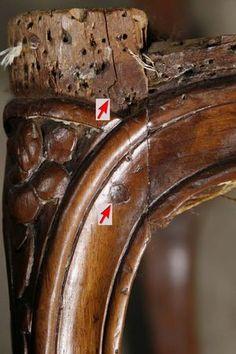 Une observation très importante: Les fauteuils du XVIIIème sont toujours chevillés  avec deux chevilles au niveau du raccord pied-traverse(comme sur la photo suivante). Si votre fauteuil est tapissé , vous ne verrez qu'une seule cheville, d'ou l'importance de retourner votre siège.