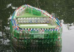 balsa con botes de plástico
