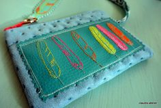 Karo by Claudis Atelier, wrist bag, Sewing Hacks, Sewing Projects, Wooden Spools, One Bag, Fabric Crafts, Zip Around Wallet, Coin Purse, Felt, Textiles