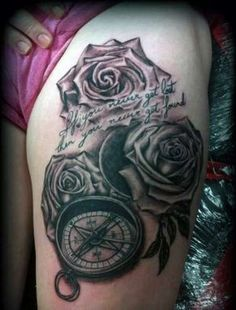 tatuaż róże i kompas
