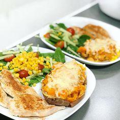 Ostgratinerad ost bakad sötpotatis potatis, grillad stekt kyckling, sallad majs. Fav Ost, Salmon Burgers, Ethnic Recipes