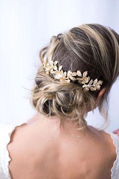Penteados para Noivas   Os mais lindos acessórios para cabelo de noivas - Atelier Mercedes Alzueta. Se você quer um penteado solto, preso, trança, coque, cacheado, com coroa ou simples - nós temos todas as opções. Arranjos de cabelos curtos, longos, meio, com véu ou sem. Um acessório de cabelo no look da noiva faz toda a diferença para completar com o vestido e penteado.