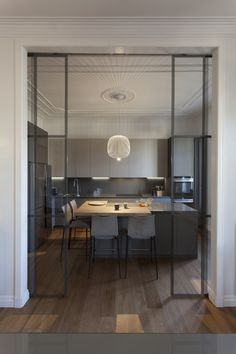 Semi open kitchen with hidden glass sliding door just what I love Kitchen Room Design, Home Decor Kitchen, Interior Design Kitchen, Home Kitchens, French Home Decor, Fall Home Decor, Vintage Home Decor, Mt Design, House Design