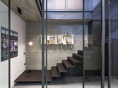 estante branca, escada de ferro e materiais brutos