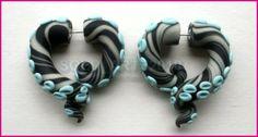 Azul y negro.
