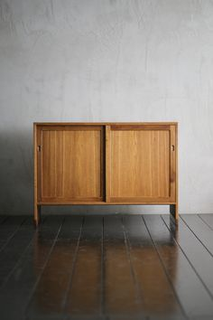 Cabinet Hans J Wegner. Mid Century Modern Furniture, Antique Furniture, Wood Furniture, Furniture Design, Modern Dresser, Wood Cabinets, Cabinet Design, Furniture Projects, Shelving
