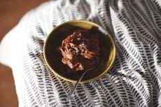 Bara att mixa ihop frysta bananslantar, kokosflingor, kakao, jordnötssmör, carob, kakaonibs och lite lönnsirap. Lätt som en jäkla plätt.
