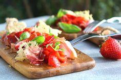 När saltet från skinkan möter sötman från jordgubbarna tillsammans med en fruktig olivolja då dansar smaklökarna kan jag lova! Den här goda förrätten lagade jag i Nyhetsmorgon igår och...