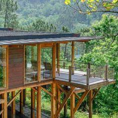Construir Rústicas | CasaDois Editora   –  Edição 18 Cliff House, House On A Hill, House In The Woods, Decks, Modern Industrial, Building Design, Modern House Design, Tiny House, Gazebo