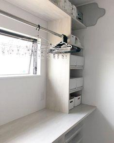 ・ ・ ・ \\我が家の脱衣室収納// ・ ・ こちらは大工さんに造作して頂いた 収納棚&家事台です。 使いやすくなるような寸法を考え 希望通りに造っていただきました。 ・ 最上段にはアイロン台(いまのところ登場回数少なめの為最上段)、タオルのストック、トイレットペーパーストック。 その下にはピンチハンガー(2個あるうちの1つ。滅多に使わない)、アイロン、入浴剤などが入った収納ボックス。 その下は、夫の下着など。 その下は、私の下着など。 収納箱の上に洗ったパジャマを置きます。 その下は、娘のパジャマや下着など。 こちらの収納ケースは無印で購入しました◯ 可動棚になっています。 ・ 隣が家事台になっていて、ここで洗濯物を畳んだり、アイロンがけをします。家事台は奥行き60cmにしたので使いやすいです👍🏻 ・ 上には固定のポールをつけたので、ここで洗濯物をハンガーにかけてから外に干しています。天気が怪しい日は、窓を開けてここに干しています。完全に雨の日は、お風呂の衣類乾燥で乾かしています。 ・ 台の下には引き出しの収納ボックスを入れています。… Home, House Rooms, Laundry Room Design, House Bathroom, Interior, Drying Room, Cleaning Closet, Closet Organization, House Interior
