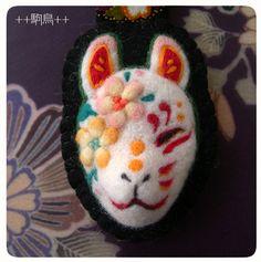 フェルトで作った狐のお面。かわいい Japanese Fox Mask, Felt Ornaments, Christmas Ornaments, Kitsune Mask, Felt Crafts, Handicraft, Needle Felting, Wool Felt, Modern Art