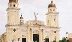 Restauran Santa Basílica Metropolitana Iglesia Catedral de Santiago de Cuba, considerada la más antigua del país. Quienes transitan por los alrededores de la Santa Basílica Metropolitana Iglesia Catedral de la ciudad de Santiago de Cuba, quedan asombrados de la destreza en las alturas de las fuerzas que restauran la fachada de ese recinto religioso.