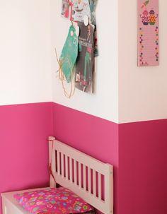 Ein Fröhlicher Pinkfarbener Flur Begrüßt Die Gäste In Martinas Wohnung. Mit  Der Weißen Kinderbank Und