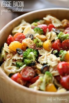 Veggie bacon pasta salad trying to cram in as many BBQs, family and friend gatherings, picnics and summer festivities as possible. My mom made this pasta salad for our last get together and it … Pasta Recipes, Great Recipes, Salad Recipes, Cooking Recipes, Healthy Recipes, Bacon Recipes, Soup And Salad, Pasta Salad, Veggie Pasta