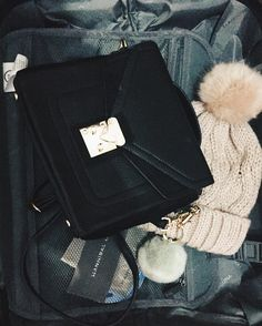 Preparando maleta que nos vamos!  Lo mío con los pompones empieza a ser obsesión   #ファッション #vsco #spain #blog #murcia #女の子 #fashion #amerindia #suitcase#packing#hat#bag#outfit#black#look#winter #spanishblogger #friday #bloggerssinfronteras#friyay #pink#pompon