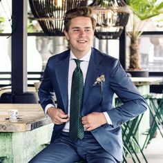 Opt for a navy suit and a white dress shirt for a sharp, fashionable look. Navy Blue Tux, Blue Groomsmen Suits, Groomsmen Outfits, Navy Suit Tie, Dark Navy Suit, Men's Suits, Green Suit, Navy And Green, Beige Suits Wedding