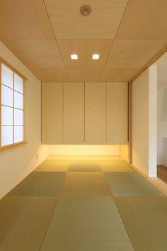 締め切って個室としても利用できる和室は端正なイメージに。畳と天井のコントラストに、吊り押入に貼った唐紙など、洗練された空間です。 #家づくり #和室 #インテリア #interiordesign #デザオ建設 Asian Interior, Japanese Interior, Home Interior Design, Japanese Modern, Japanese House, Washitsu, Tatami Room, Zen Room, Japanese Architecture