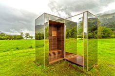 O estudantes de arquitetura Angus Ritchie e Daniel Tyler projetaram uma pequena casa espelhada em um parque nacional escocês. Ela reflete os vales e lagos que a circulam.