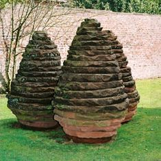 I chose Andy Goldsworthy because his art works give me a warm feeling associated with nature. Land Art, Art Sculpture, Garden Sculpture, Andy Goldsworthy Art, Art Environnemental, Statues, 3d Studio, Outdoor Art, Outdoor Crafts
