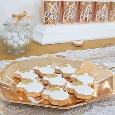Jolis sablés cup cakes pour une baby shower blanc et doré