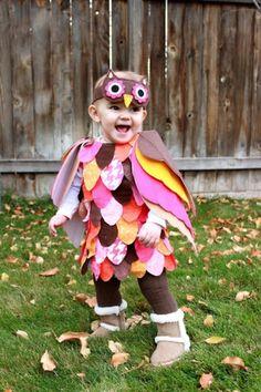 Faschingskostüm für Baby: Bunte Stoffstücke überlappend mit Sicherheitsnadeln an einem Kleidchen oder Body befestigen