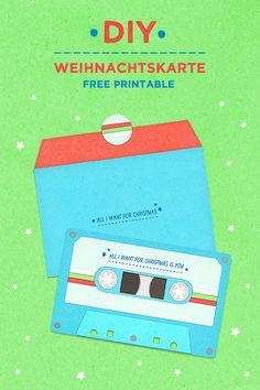 DIY WEIHNACHTSKARTE RETRO-KASSETTE, FREE PRINTABLE Weihnachtskarte selber basteln: meine Kassetten-Karte mit Umschlag und Stickern im 80er-Retrostyle könnt ihr mit dem kostenlosen Freebie als Download ganz einfach selber machen! Süßes Last-Minute-Geschenk für Freunde oder als  Männergeschenk! #weihnachtskarte #basteln #printable #freebie #freeprintable #retro #kassette #80er Diy Blog, Free Printables, German, Collage, Retro, Christmas, Water, 90s Party, Last Minute Gifts