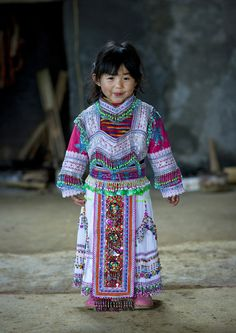 Hmong Girl In Traditional Dress, Sapa, Vietnam by Eric Lafforgue Kids Around The World, Beauty Around The World, We Are The World, Precious Children, Beautiful Children, Beautiful World, Beautiful People, Kind Photo, Luge