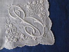 ホワイトワーク刺繍のイニシャルハンカチ