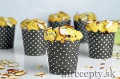 Chutné kokosové muffiny z kukuričnej múky s kúskami brusníc a čokolády. Pripraviť si ich môžete aj s proteínovým práškom, čím v nich navýšite obsah bielkovín. Ingrediencie (na 10ks): 1 hrnček jemnej kukuričnej múky 1 hrnček ovsenej/špaldovej múky (alebo 1/2 hrnčeka proteínu) 1 hrnček mlieka 1/4 hrnčeka vody 50g strúhaného kokosu 4 PL medu 1 ČL […]