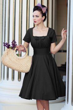 Lasse dich von diesem 50s Debbie Swing Dress verführen!Kleider und Schleifen lieben wir doch über alles, oder...? Die elegante, eckige Hallsinie von dem wundervollen Top mit Raffungen am Busen hat eine auffällige, große Schleife, sooo süß! Der schöne, breite Taillenbund wird dich eine super weibliche 50s Silhouette verleihen, oh la la ;-) Hergestellt aus einem weichfließenden Baumwolle-Mix in einem klassischen Schwarz, herrlich dehbar und traumhaft t...
